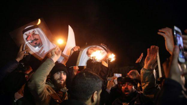 La ejecución de Nimr al Nimr desató protestas no sólo en Irán sino en otros países de la región. En esta imagen, se observan a manifestantes en Irán quemando la foto del rey saudita.