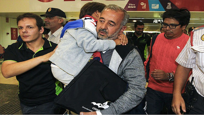 Refugiado sirio zancadilleado por reportera debuta como entrenador en Cataluña