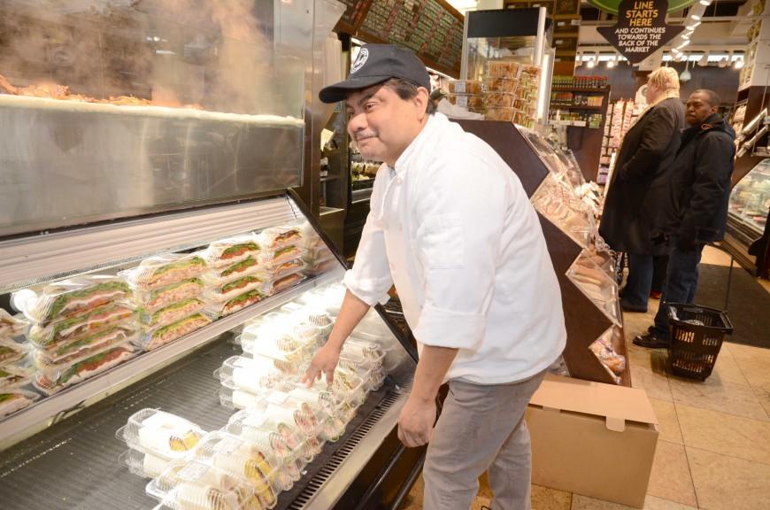 Demetrio trabaja como administrador del deli de un supermercado, incluso durante la tormenta.
