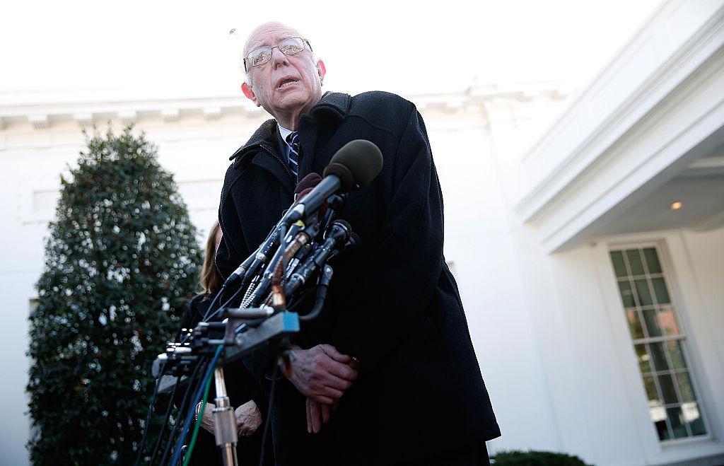 Bernie Sanders habla a la prensa en la Casa Blanca tras su reunión con el presidente Obama.