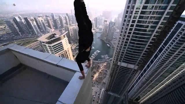 Impresionante maniobra mortal al filo de una cornisa de un edificio (VIDEO)