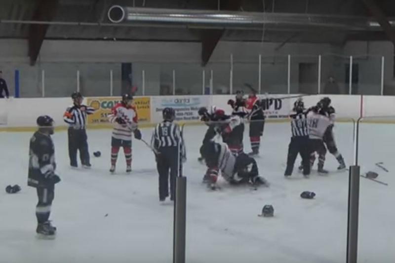 Loca pelea en el hockey canadiense en la que participó hasta un árbitro