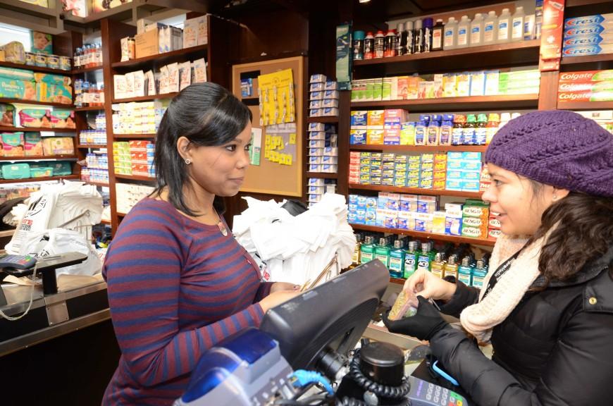 Judith Betances trabajando en el supermercado a pesar de la tormenta.