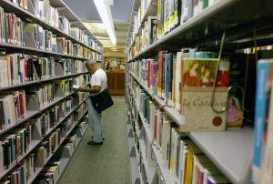 Descubren cerveza de más de 30 años escondida en una biblioteca