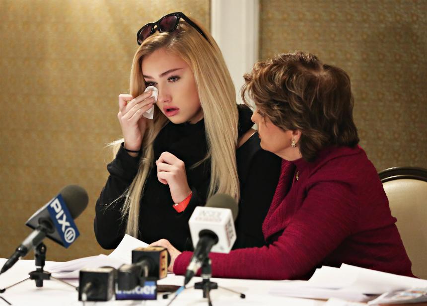 La joven se mostró visiblemente afectada en su aparición frente a la prensa.