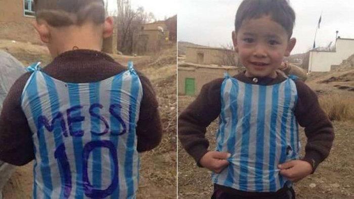 Las imágenes de Murtaza ataviado con una bolsa plástica de rayas verticales azules y blancas con el nombre de Messi y el número 10 escrito a bolígrafo, emulando el dorsal de su ídolo en la selección argentina, han dado la vuelta al mundo durante las últimas semanas.