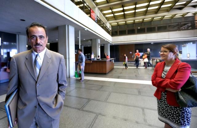 Richard Alarcón y su esposa, Flora Montes de Oca, durante el juicio en su contra en Los Ángeles.