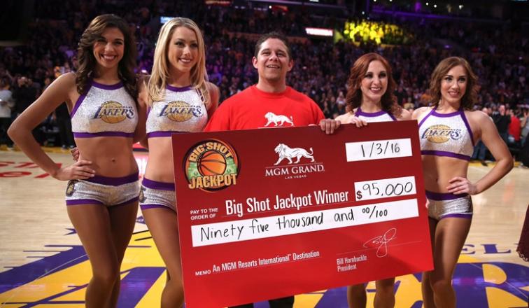 Fanático de Lakers encesta desde media cancha y gana jugoso premio