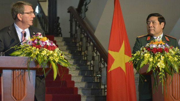 copyright Departamento de Defensa de Estados Unidos Image caption El secretario de Defensa Ashton Carter anunció que EE.UU. facilitaría US$18 millones para que Vietnam compre barcos patrulleros. (Suministrada/Departamento de Defensa de EEUU)