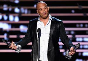 Vin Diesel deja ver su musculoso cuerpo desnudo y 'enseña el plátano'