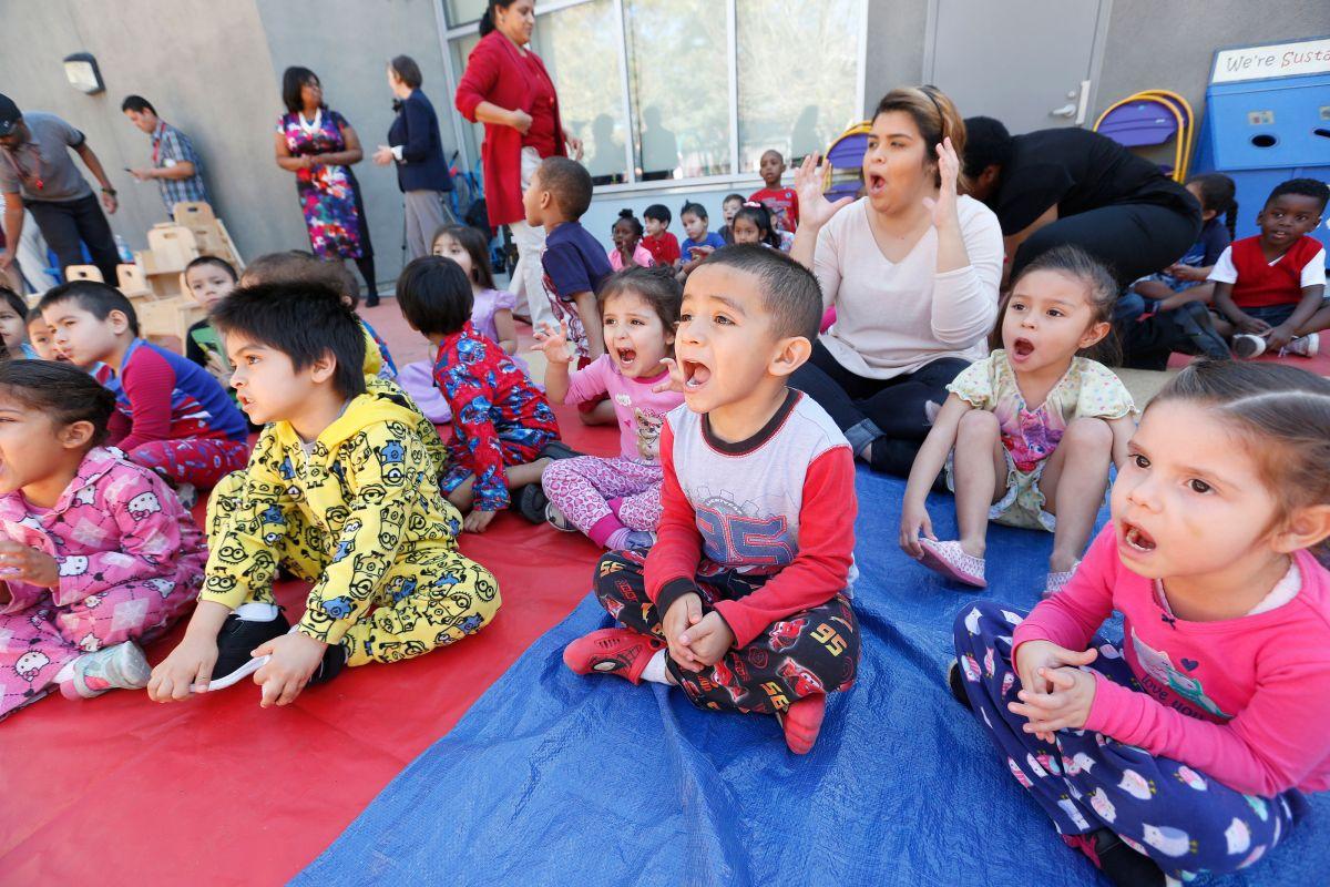 ¿En qué consiste la ayuda de $525 dólares por niño en guardería y preescolar en California?