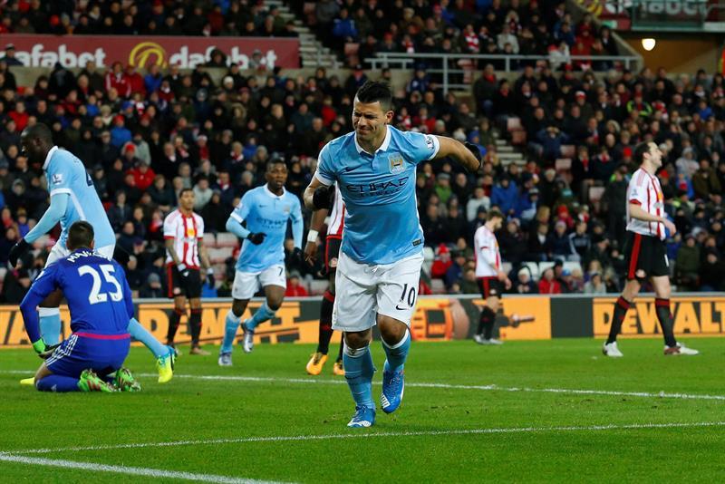 El 'Kun' Agüero celebra con un gesto de dolor su gol ante el Sunderland.