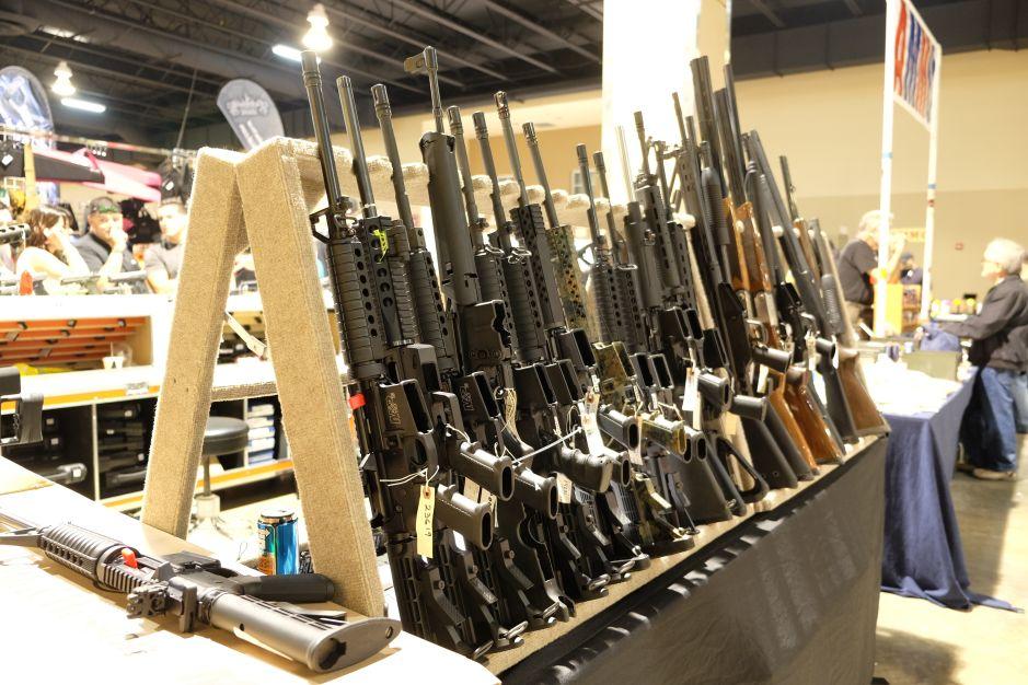 Vendedores de armas lamentan masacre de Orlando, mientras suben sus ventas