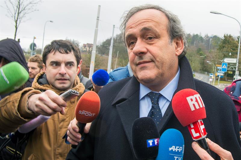 Michel Platini a las afueras de la FIFA en Zurich.