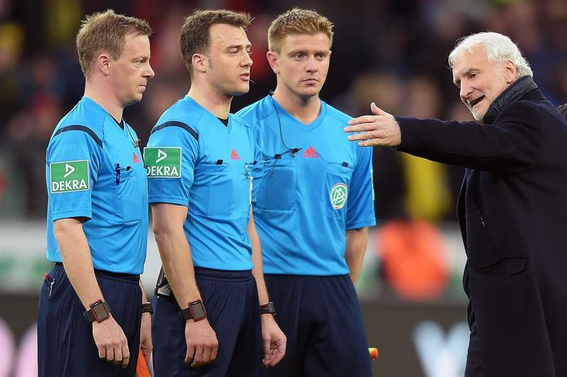 La terna arbitral encabezada por Felix Zwayer, charlando con el director deportivo del Bayer Leverkusen, Rudi Vöeller