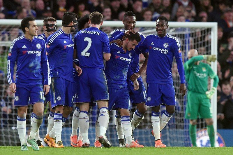Eden HAzard festeja su gol con sus compañeros en el Chelsea vs. Manchester City.