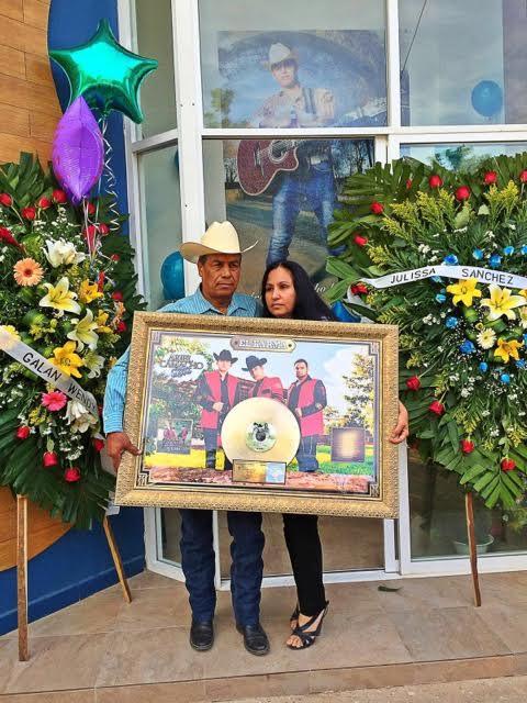 Los padres de Ariel, Benito Camacho y Reynalda Barraza, a metros de la tumba de su hijo hoy en Sinaloa.