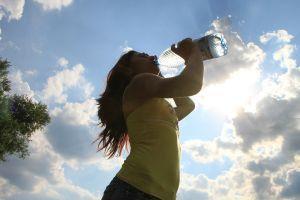 Por qué sería peligroso consumir agua embotellada