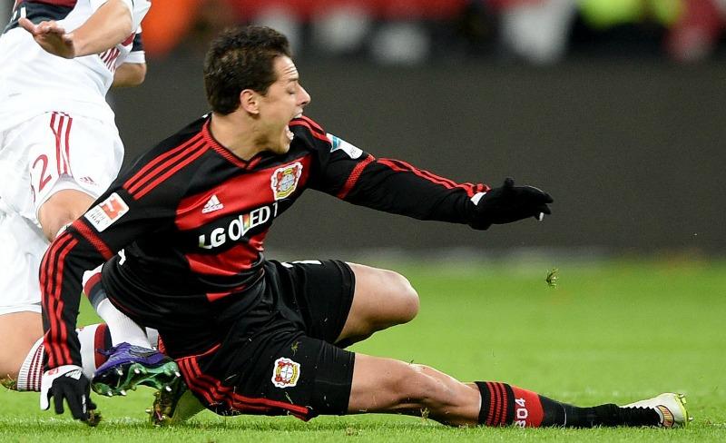 Chicharito se lesiona y causa baja con el Bayer Leverkusen en la Bundesliga