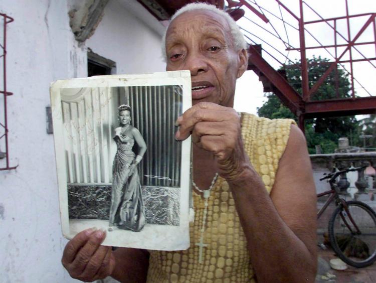 La hermana de la artista, Dolores, muestra un retrato de los comienzos de Celia en Cuba.