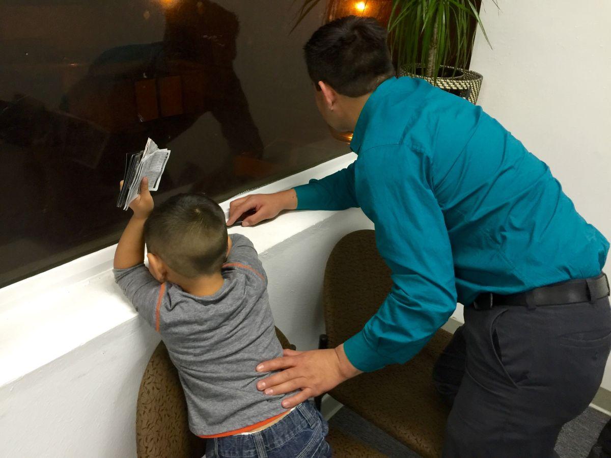 Poco a poco Roberto Casas y su hijo salen adelante tras  haber vivido en un albergue a donde fueron a vivir después de que su esposa intento atropellarlo con un auto.