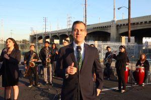 Alcalde de Los Ángeles explica con una canción el cierre de la autopista 101