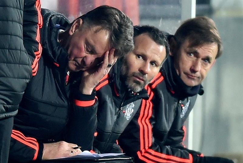 Louis van Gaal se lamenta junto a Ryan Giggs tras la derrota del Manchester United en la UEFA Europa League ante el FC Midtjylland.