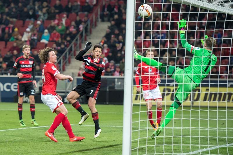 Leverkusen perdió, pero Chicharito anotó su gol 14 en la Bundesliga