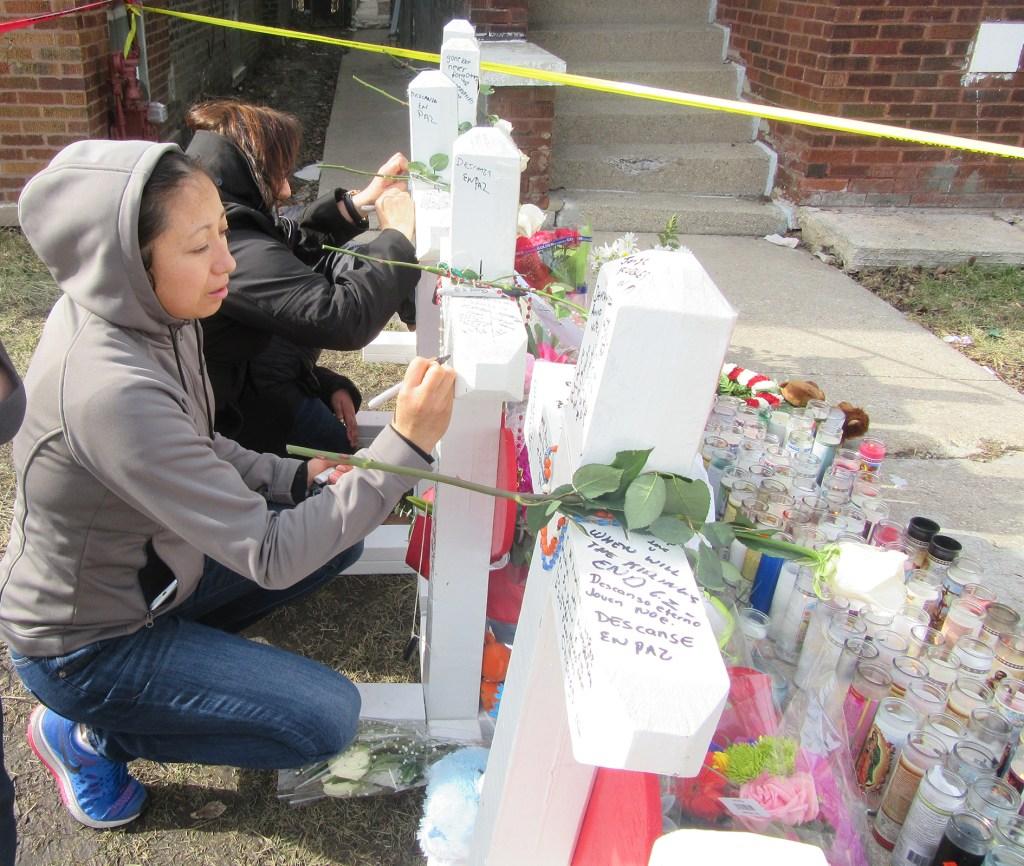 """""""Descansa Herminia, Te queremos. God Bless, RIP"""", decía uno de los mensajes escritos en las cruces frente a la casa ubicada en South California en Gage Park."""