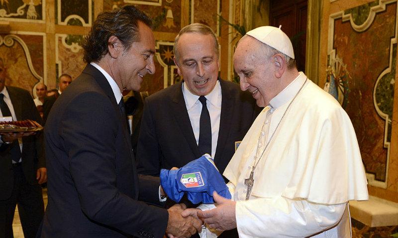 Algunas camisetas de fútbol de la colección del papa Francisco