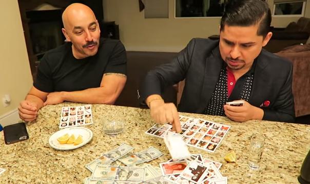 """Con muchos dólares, Larry Hernández y Lupillo Rivera juegan a la """"narco lotería"""" (video)"""