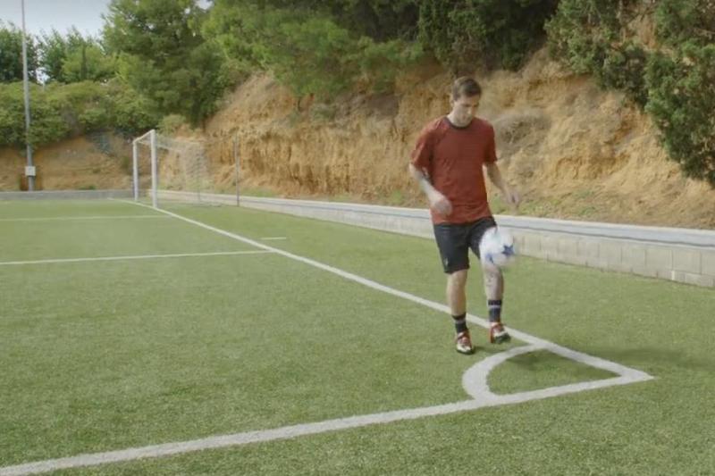 Lio Messi demostró a sus seguidores lo que puede hacer con el balón desde cualquier punto de la cancha.