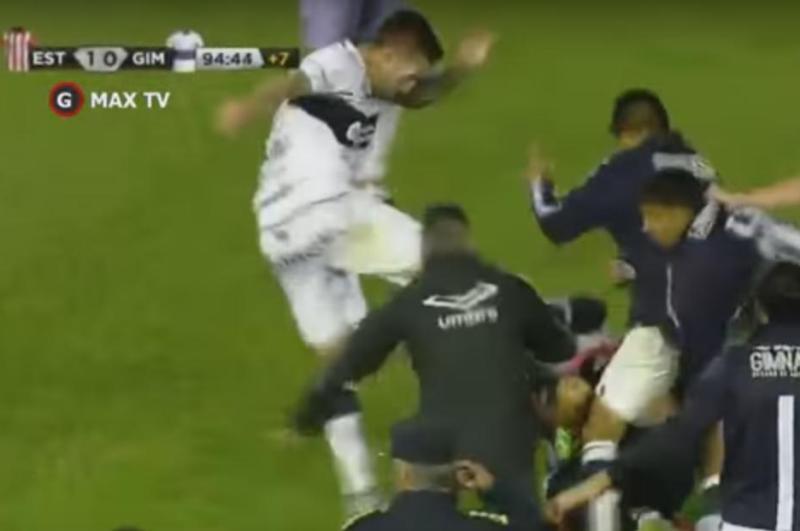 Estudiantes de La Plata y Gimnasia y Esgrima se enfrascaron en una pelea vergonzosa.