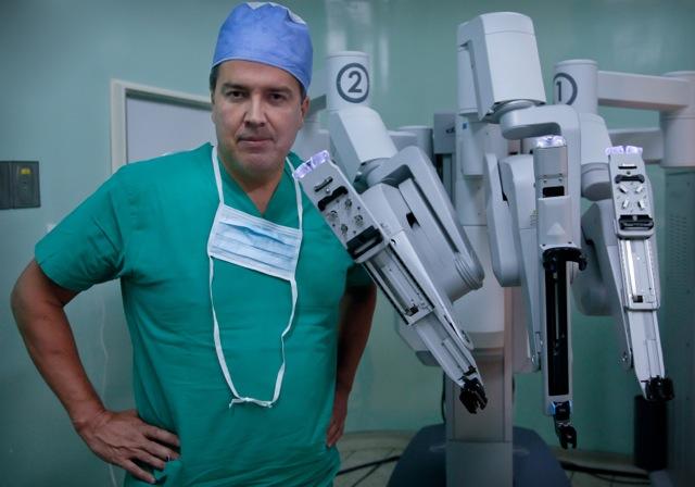 Trabajo con robots que realiza un médico latino le abre las puertas en EEUU