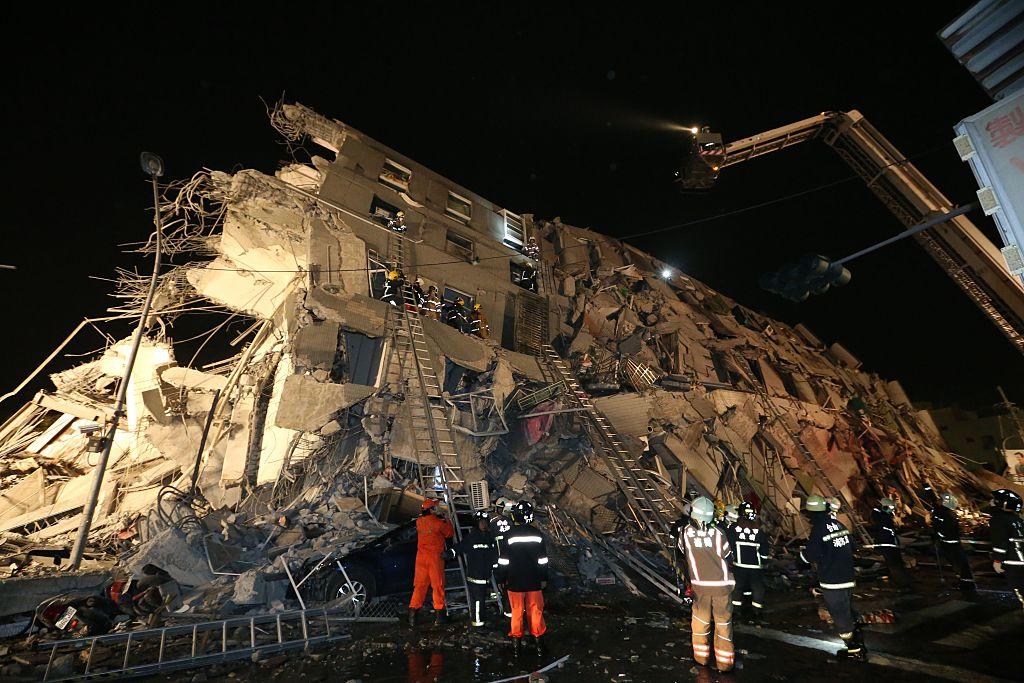 Terremoto deja varios muertos y derriba edificios en Taiwán