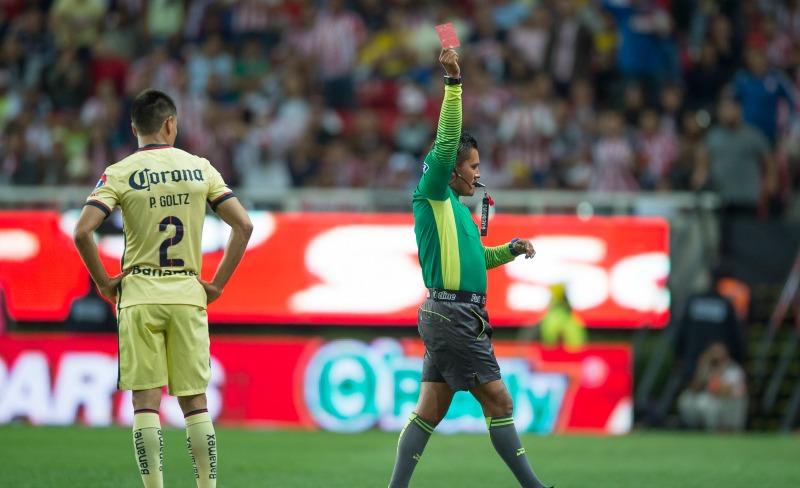 Paolo Goltz, del América, recibió la tarjeta roja en el duelo ante Chivas.