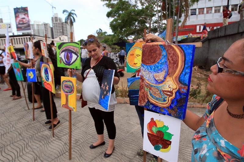 Mujeres pintan con su flujo menstrual para protestar contra la violencia