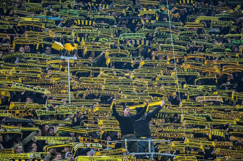 Falleció un aficionado del Dortmund en pleno partido y así lo despidió la hinchada