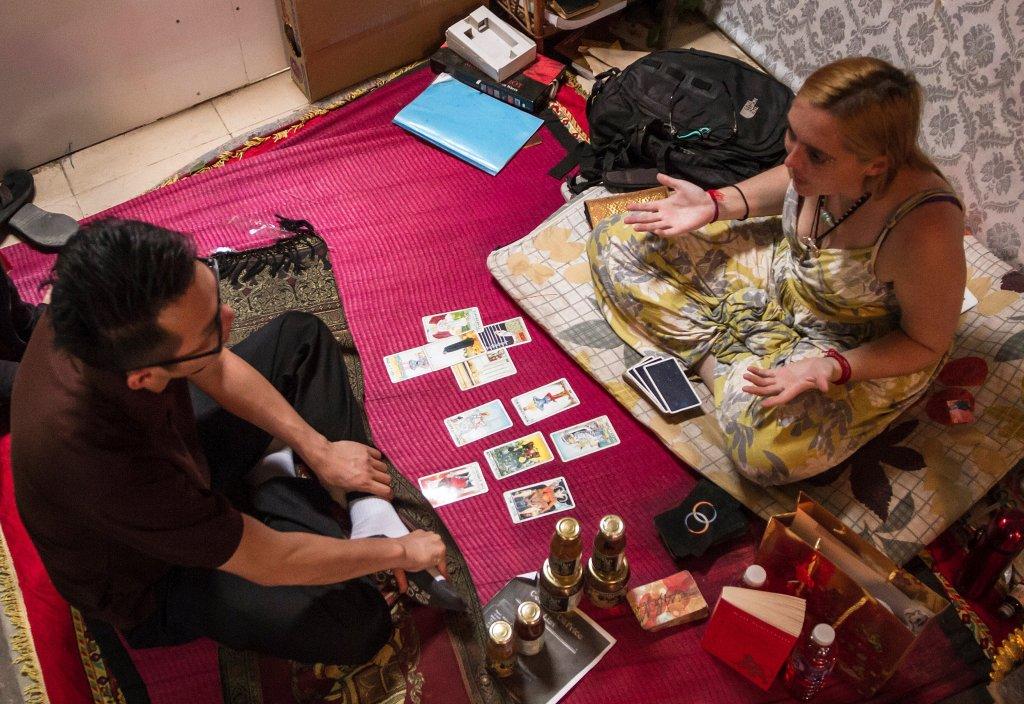 McCormick decidió abrir un tenderete como adivina en la capital de Camboya después de que un espíritu se lo pidiera en una sesión con ayahuasca, una hierba alucinógena procedente de Sudamérica.