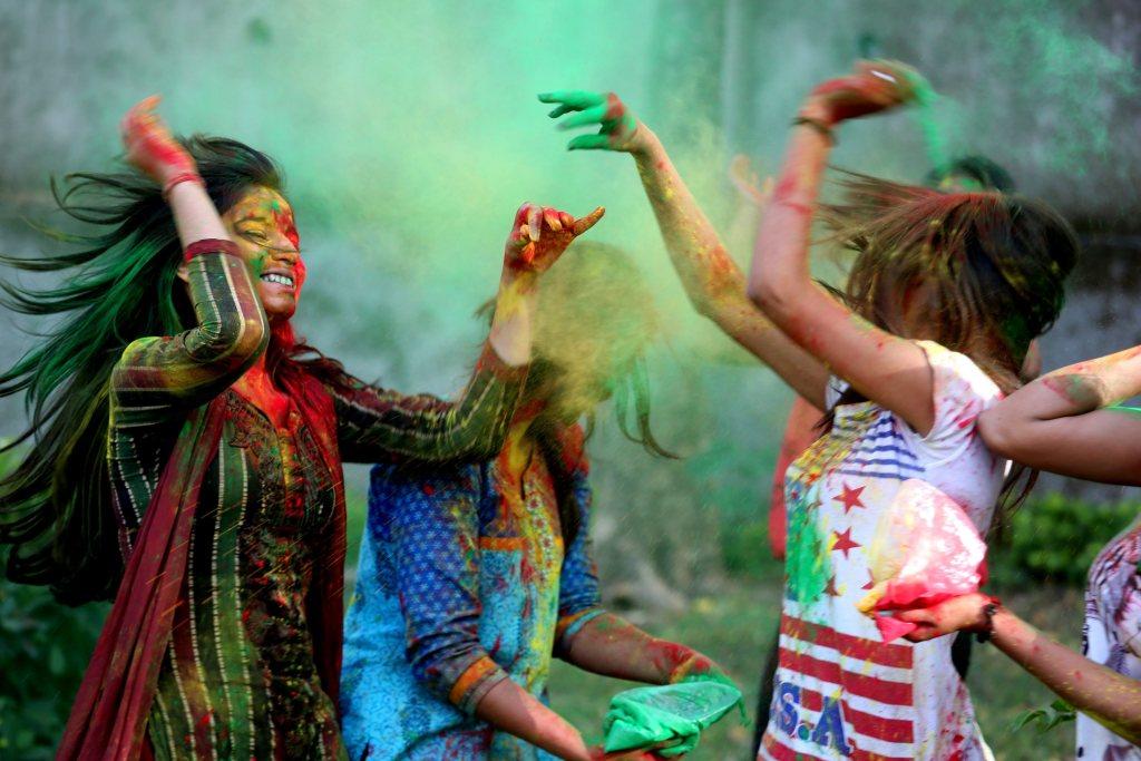 El festival Holi es una mezcla de música, baile y polvos de colores, que tiñen la ropa de las personas que acuden a las celebraciones al aire libre.