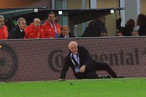 """Árbitro asistente """"taclea"""" a Vicente del Bosque en pleno partido Italia vs. España"""