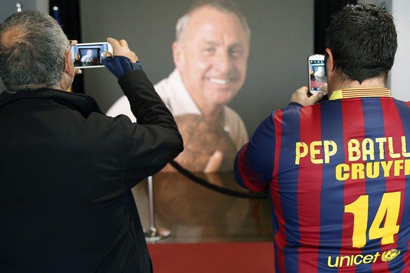 Miles de aficionados siguen despidiendo a Cruyff en el Camp Nou