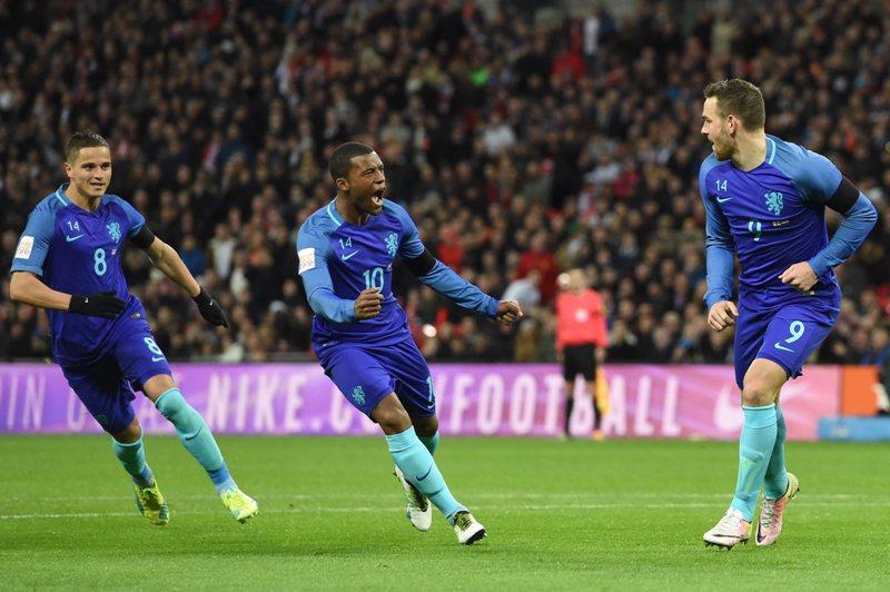 Holanda honra a Cruyff con una gran victoria en Wembley (Videos)
