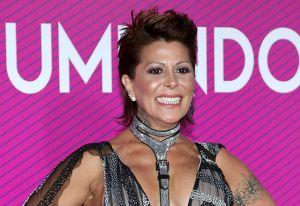 Alejandra Guzmán en bikini desde la tina y con un acompañante muy particular