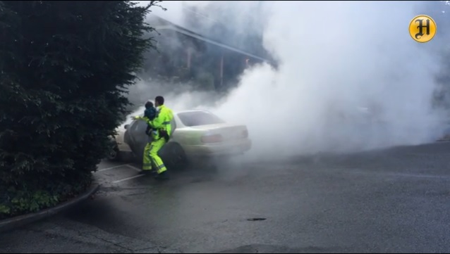 Agente rescata a dos niñitos de coche envuelto en humo