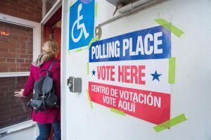Desorganización en centros de votaciones en Los Ángeles frusta a votantes