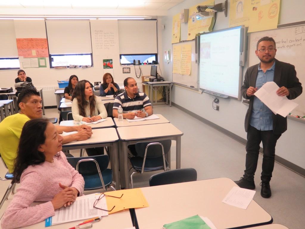 Estudiantes toman una clase en el Centro de Educación para Adultos de Queens.