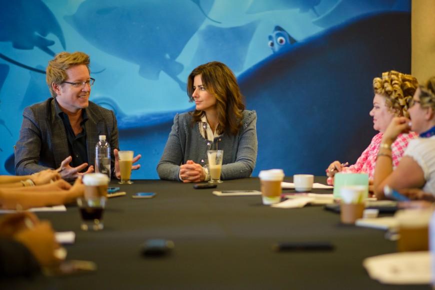 """El director Andrew Stanton y la productora Lindsey Collins hablando en una rueda de prensa sobre el proceso de animacion y creacion de """"Buscando a Dory""""."""