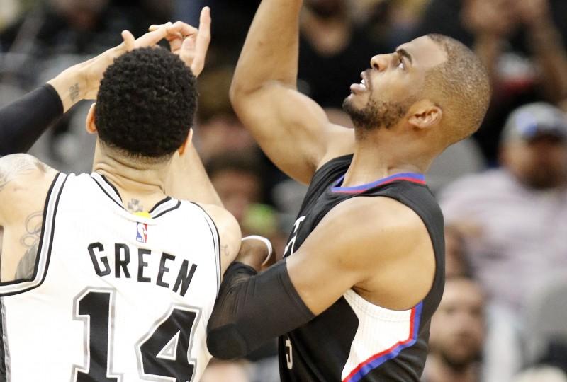 Clippers juegan bien tres periodos, luego son borrados por los Spurs, aún invictos en su arena