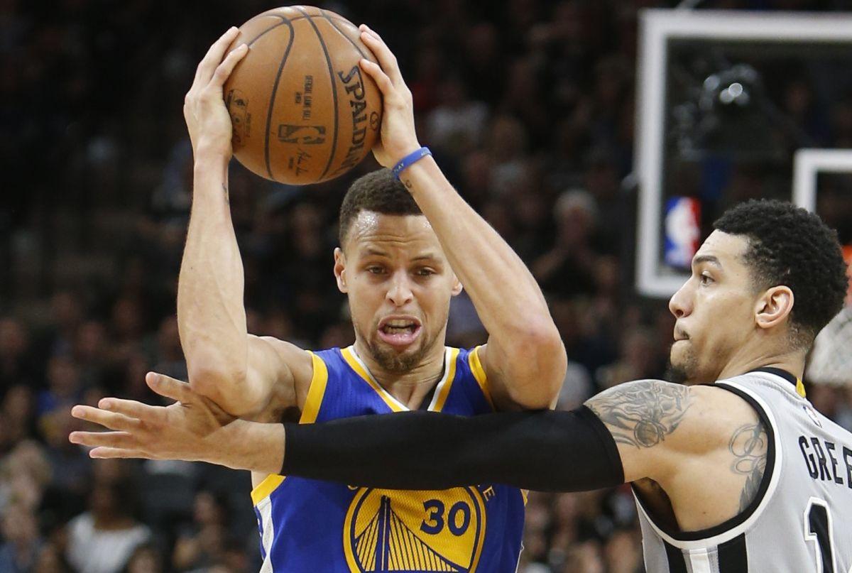 Los largos brazos de Danny Green molestaron a Stephen Curry en esta jugada. El astro de Golden State fue controlado por la defensa de San Antonio.